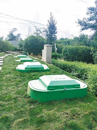 """图为""""荷香苑""""农家乐污水处理现场的过滤池.图片"""